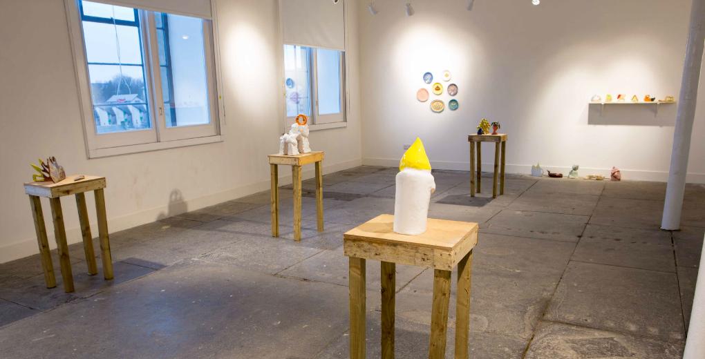 http://glasgowinternational.org/wp-content/uploads/2014/04/Image-1_Emma-Pratt_Push-Over_Glazed-Ceramic-2013-r.jpg